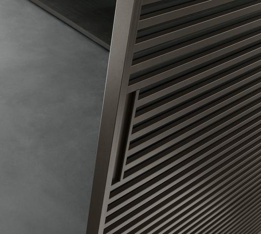 Stripe Glasschiebetüren-System von Rimadesio mit horizontalen Aluminiumsprossen auf beiden Seiten der Türpaneele. Detailansicht Griff