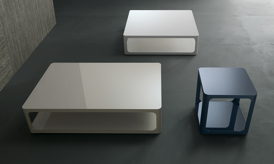 SIXTY kleiner Tisch von Rimadesio im Stil der Sechziger. Mattweißer Acryl oder lackierte Ecocolorsystem Glasplatten in 50 Farbtönen glänzend oder matt.