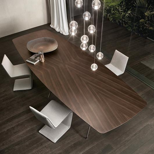 Manta Tisch von Rimadesio. Struktur aus Aluminium mit 6 Beinen, kombiniert mit einer bootsförmigen Platte - Draufsicht.