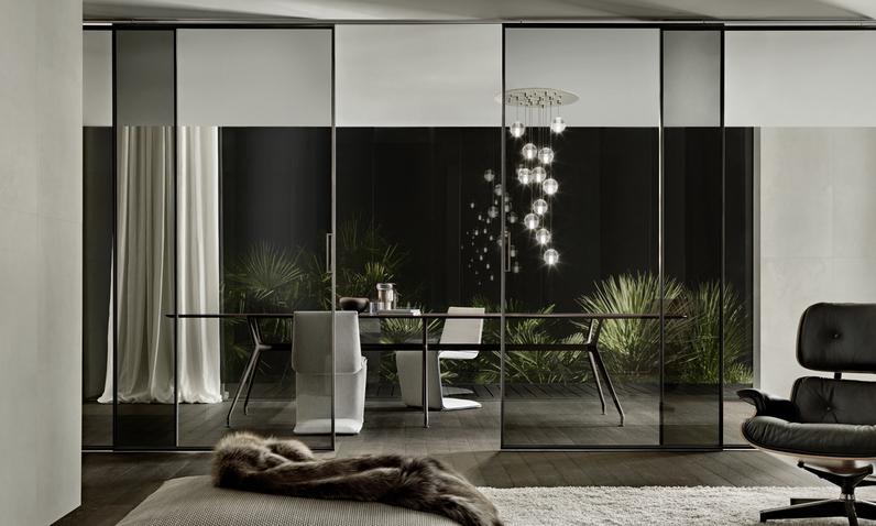 Velaria Glasschiebetüren von Rimadesio aus Klarglas als Raumteiler. Maßangefertigte Türpaneele mit Aluminium Profilen.