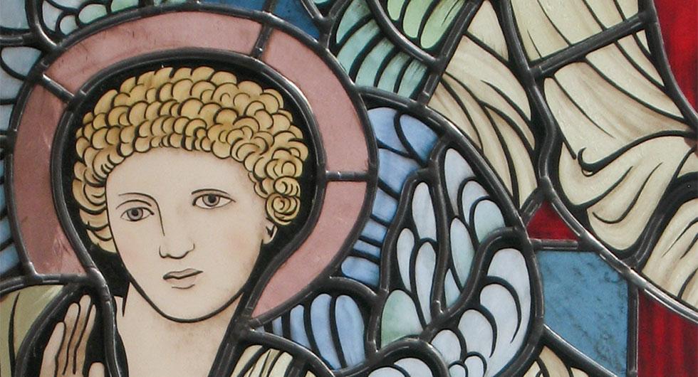 Detailansicht ein Engel, hochwertige Glasmalerei im modern interpretiertem präraffaelitischen Stil, inspiriert von Edward Burne-Jones
