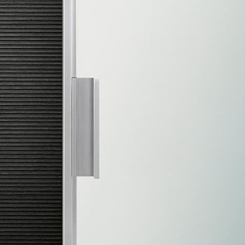 Velaria Glasschiebetüren von Rimadesio. Maßangefertigte Türpaneele mit Aluminium Profilen - Detailansicht eines Griffes.