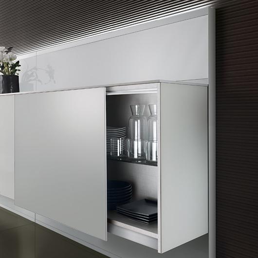 Abacus Living von Rimadesio - eine Boiserie aus lackiertem Glas mit LED Beleuchtungssystem, Glasschränken und Konsolen.
