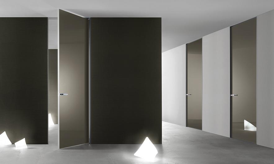 Aura - lackierte Glastüren von Rimadesio. Innentür mit lackierter Glasoberfläche. Innen oder außen zu montieren, mit Pendelöffnung und patentiertem Magnet-Verschluss.