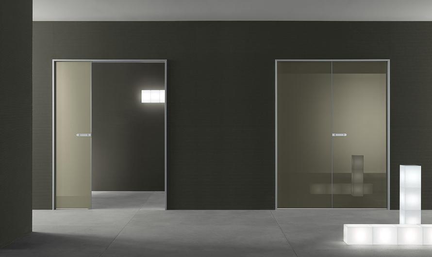 Link+ Glastür von Rimadesio mit magnetischem Schloss, geräuscharm schließend. Ausführung als exklusive lackierte Flügeltür.